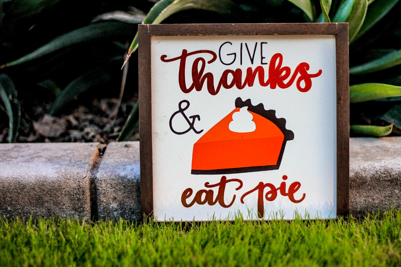 sign that says give thanks & eat pie